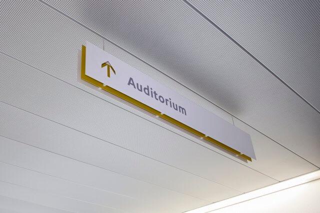 wayfinding-bewegwijzering-kröller-müller-plafond