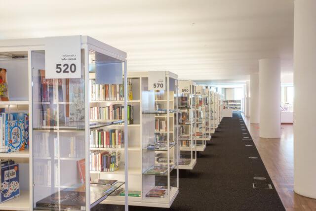 wayfinding-bewegwijzering-OBA-boekenkasten