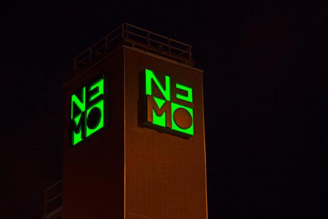 wayfinding-bewegwijzering-gebouwidentificatie-nemo-liftschacht-nacht