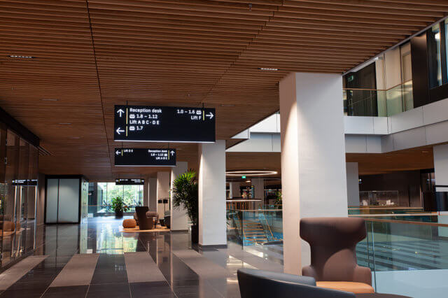 wayfinding-bewegwijzering-new-babylon-reception-desk